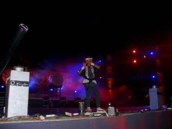 舞台上で篠笛を吹く長女T