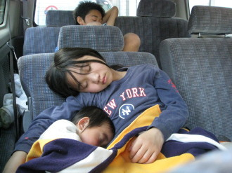疲れきって熟睡中の子ども達