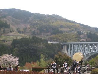 青雲橋をバックに太鼓の演奏
