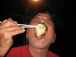 特大の焼き牡蠣を食べるじ~じ