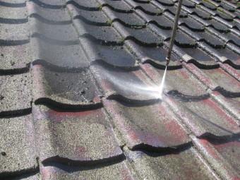 屋根瓦洗浄中