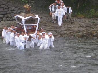 川を渡る御神輿さん&子供神輿
