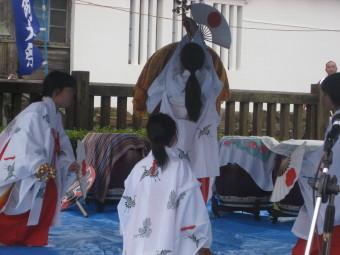 神楽の「鈴舞」を踊る長女T