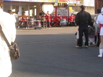 スーパー店舗前での和太鼓演奏