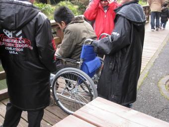 車椅子に乗る少年隊のメンバー!