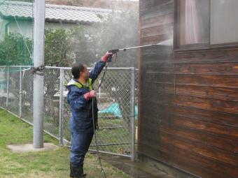 建物の洗浄中