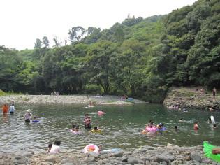 近くの川は夏休み最後を楽しむ親子連れでいっぱい♪