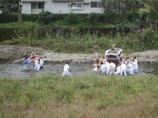 御神輿の川渡り